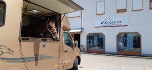 Eingang Reitsport Live mit Pferdeimbiss